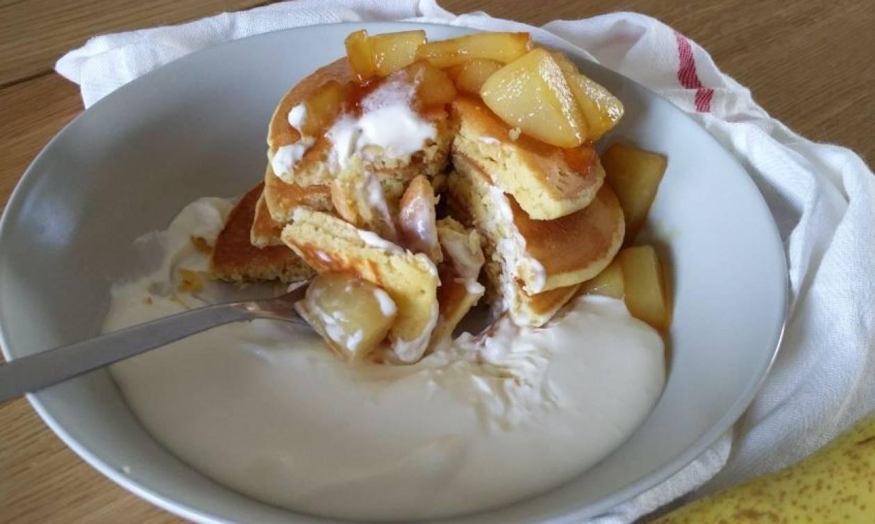 Συνταγή για pancakes με καραμελωμένα αχλάδια και κρέμα cheesecake