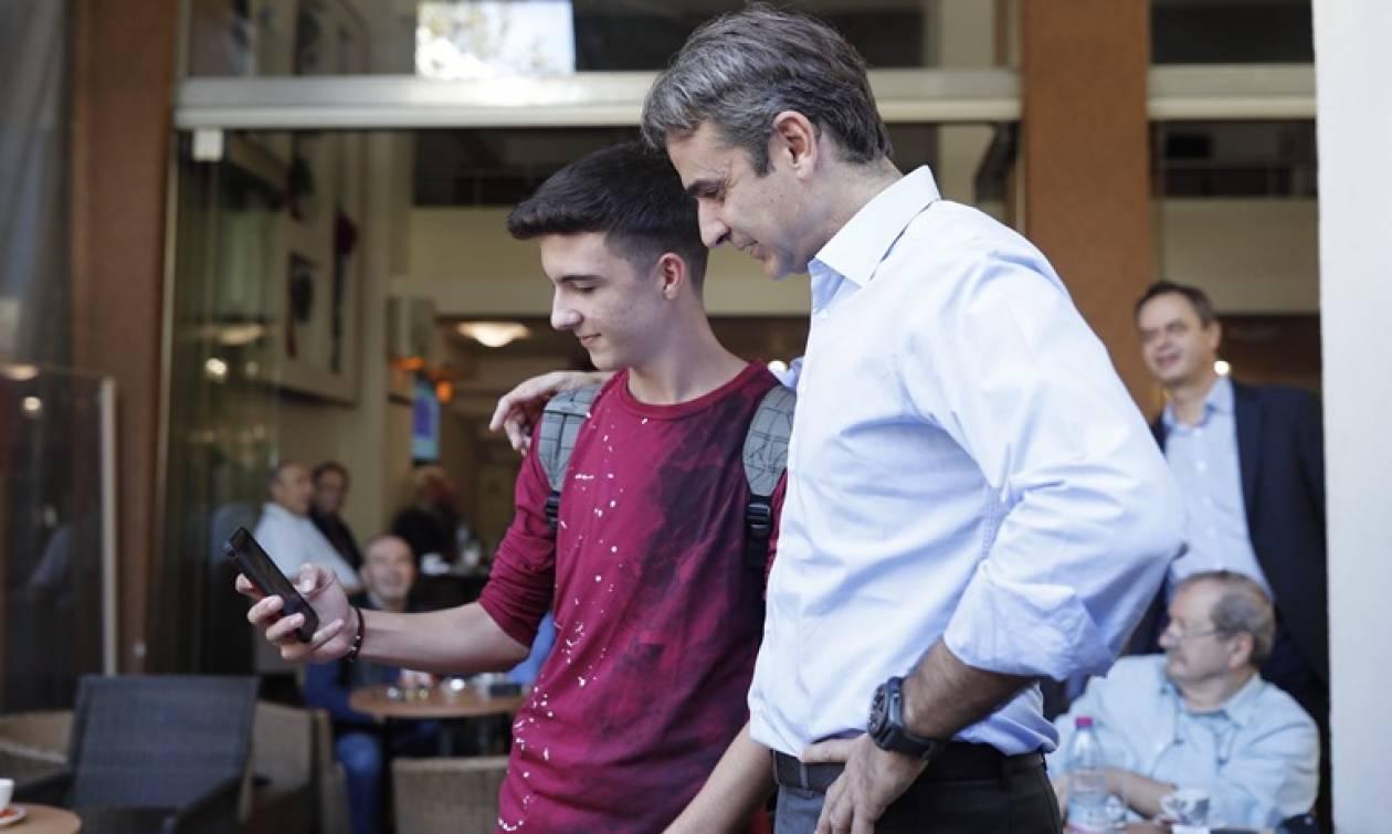 Στην Άρτα ο Κυριάκος Μητσοτάκης: Τα πηγαδάκια στις καφετέριες και οι selfies (pics)