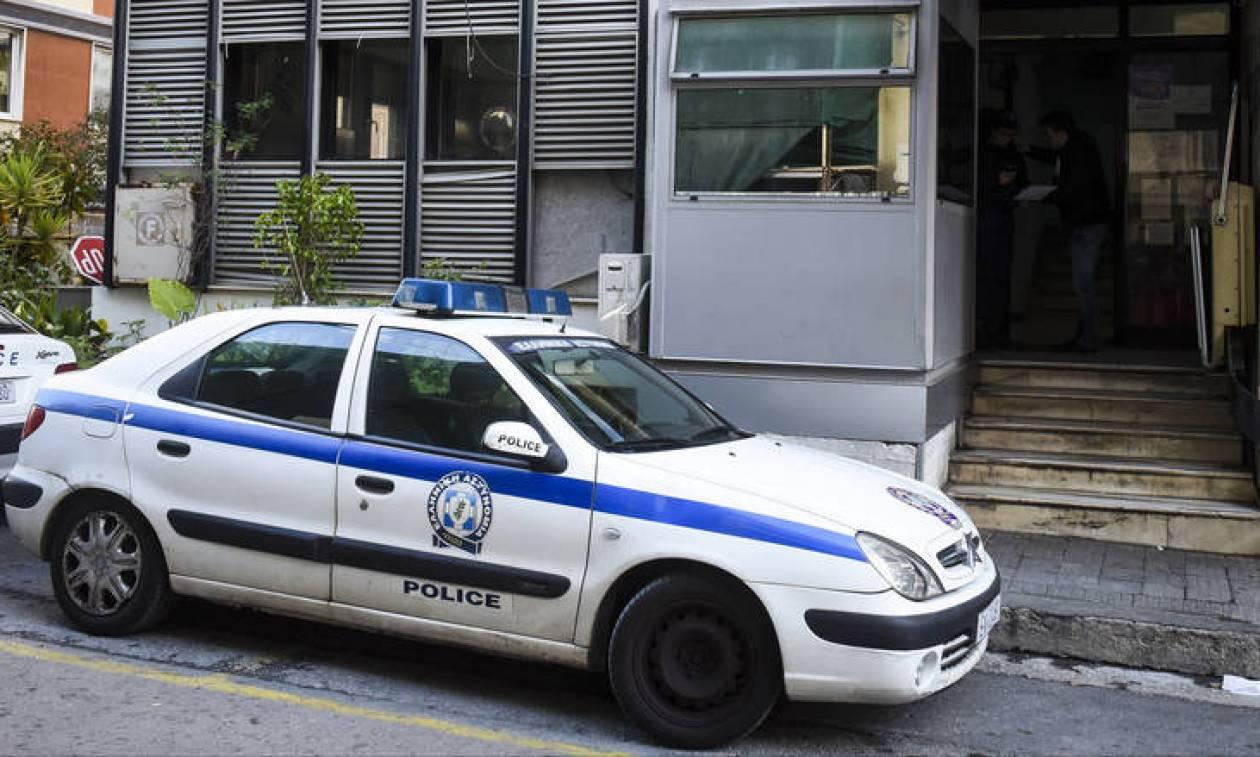 Φρίκη στο κέντρο της Αθήνας: Του έκοψαν το λαιμό με σπασμένο μπουκάλι