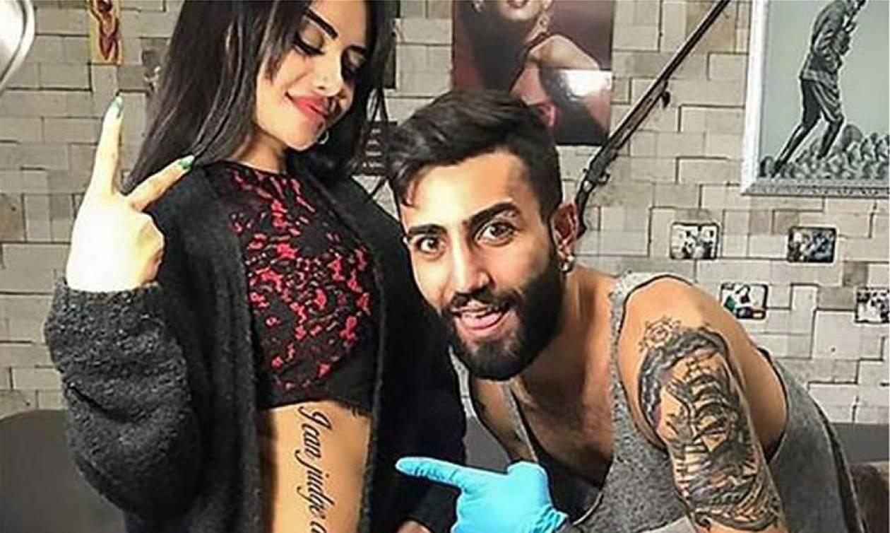 Καλλονή σταρ έγινε… ρόμπα! Δεν φαντάζεστε τι γράφει το τεράστιο τατουάζ που «χτύπησε» (pics)