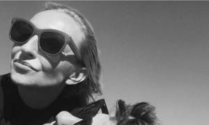 Η Ρούλα Ρέβη ποζάρει και μας δείχνει τη φουσκωμένη της κοιλίτσα