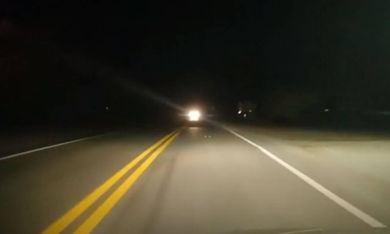 Αυτό είναι το κόλπο για να μη σας τυφλώνουν τα φώτα των αυτοκινήτων το βράδυ (vid)