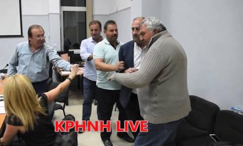 Άγριος καυγάς σε Δημοτικό Συμβούλιο: Μπούκαρε στη συνεδρίαση και πιάστηκε στα χέρια με τον Δήμαρχο