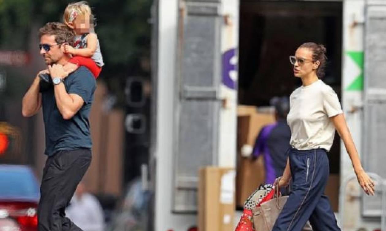 Bradley Cooper: Βόλτα στη Νέα Υόρκη με την κόρη στους ώμους