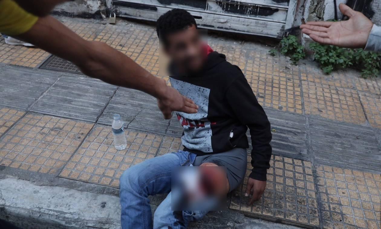 ΣΚΛΗΡΕΣ ΕΙΚΟΝΕΣ: Άγρια συμπλοκή μεταναστών με μαχαιρώματα στο κέντρο της Αθήνας