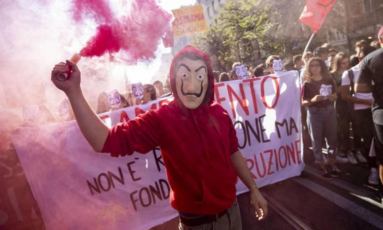 Ιταλία: Με μάσκες Casa de Papel στους δρόμους οι μαθητές - Έκαψαν ομοιώματα των Σαλβίνι και Ντι Μάιο