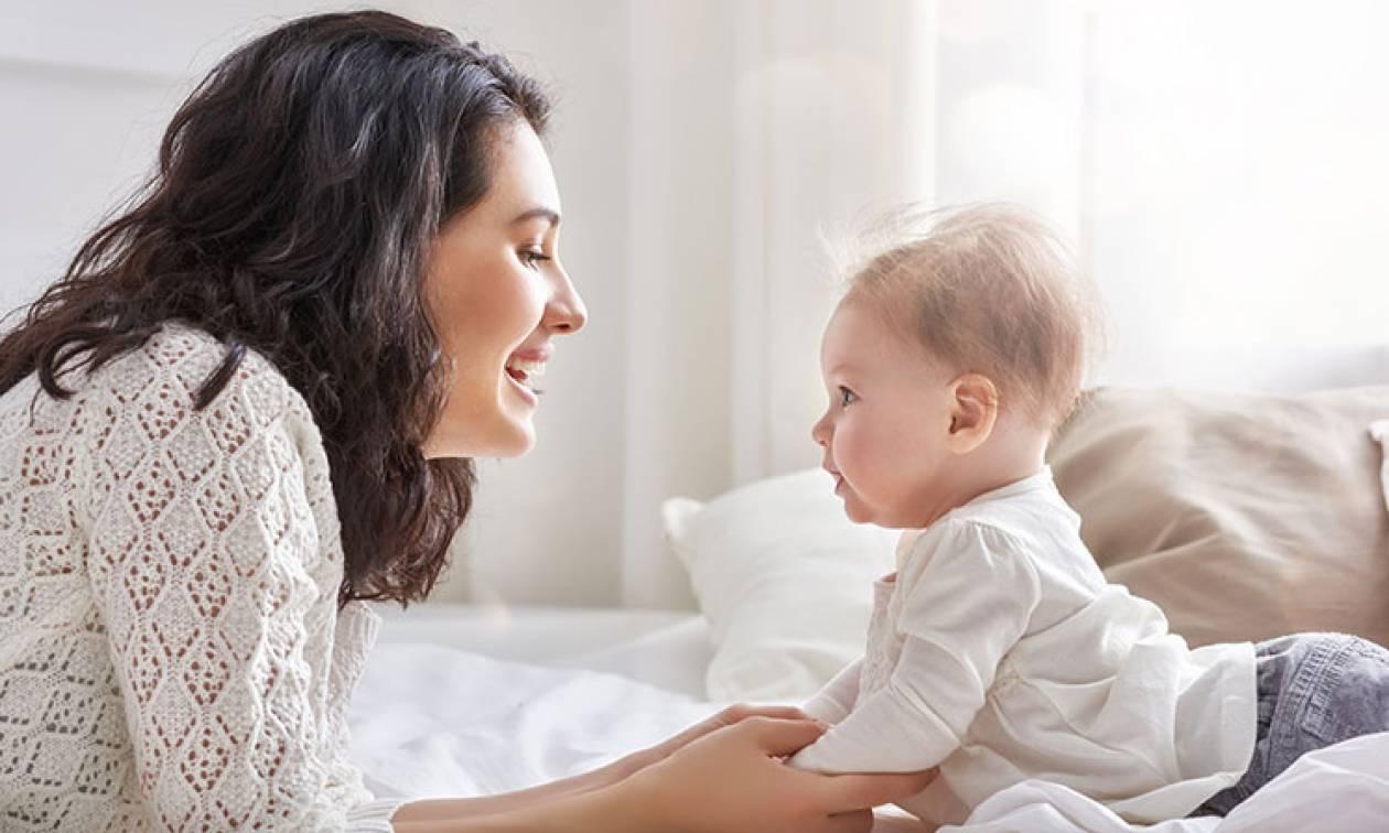 Πώς η πρώτη περίοδος της γυναίκας συνδέεται με την εφηβεία του γιου της