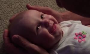 Πάρε χαρτομάντηλο και δες την αντίδραση μωρού στο τραγούδι του μπαμπά του