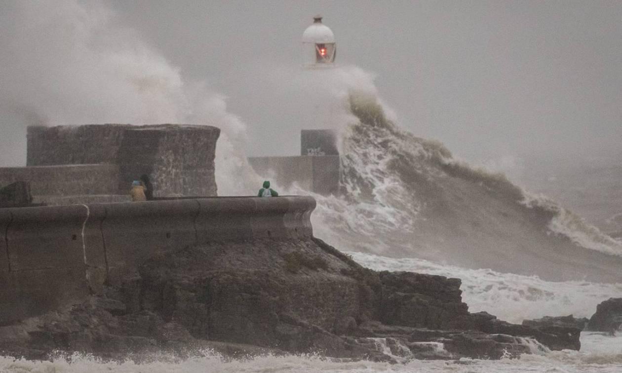 Φονική καταιγίδα «χτύπησε» τη Βρετανία: Τουλάχιστον δύο νεκροί από το πέρασμα της «Κάλουμ» (Pics)