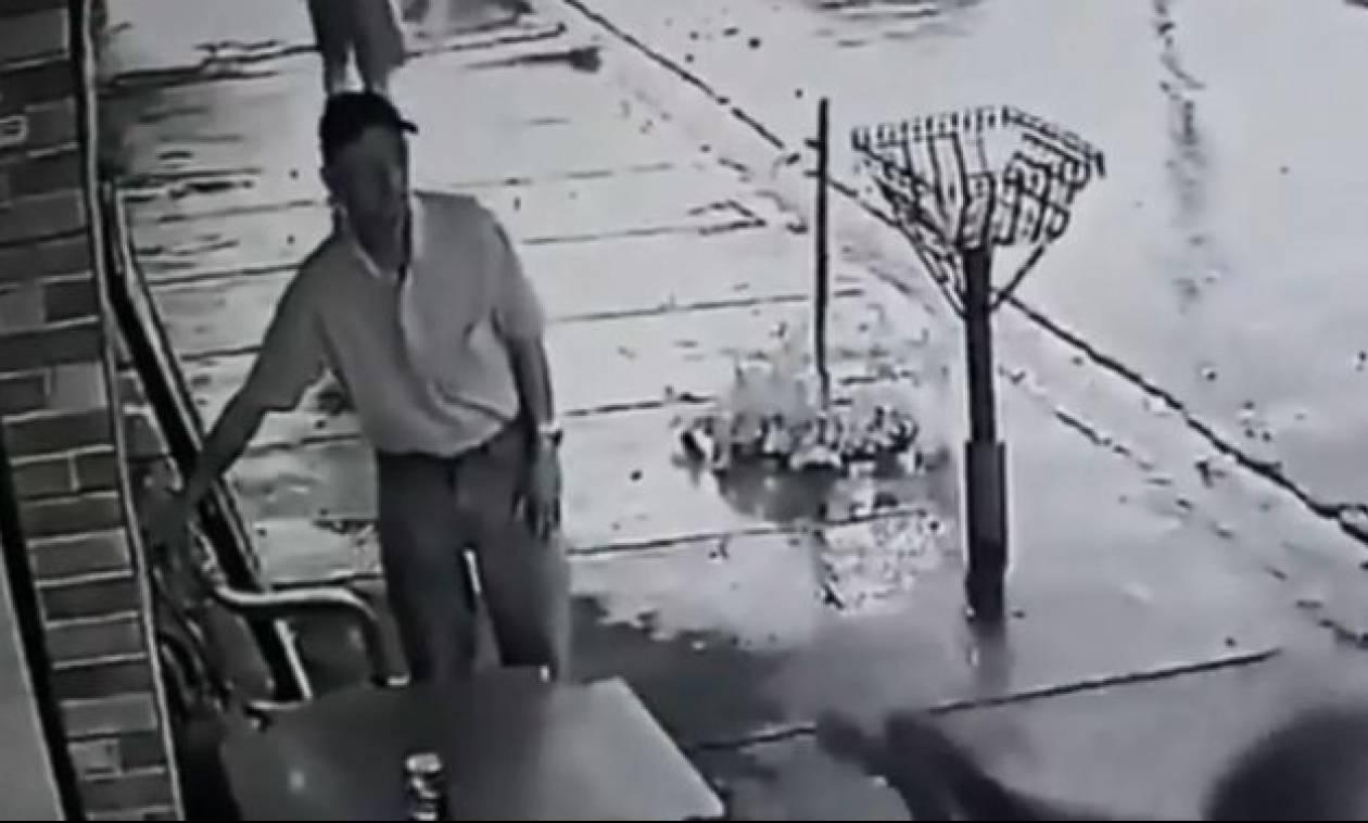 Απίστευτο! Δίπλα του έπεφταν μαχαιριές κι εκείνος... προσπαθούσε να σώσει τη μπύρα του