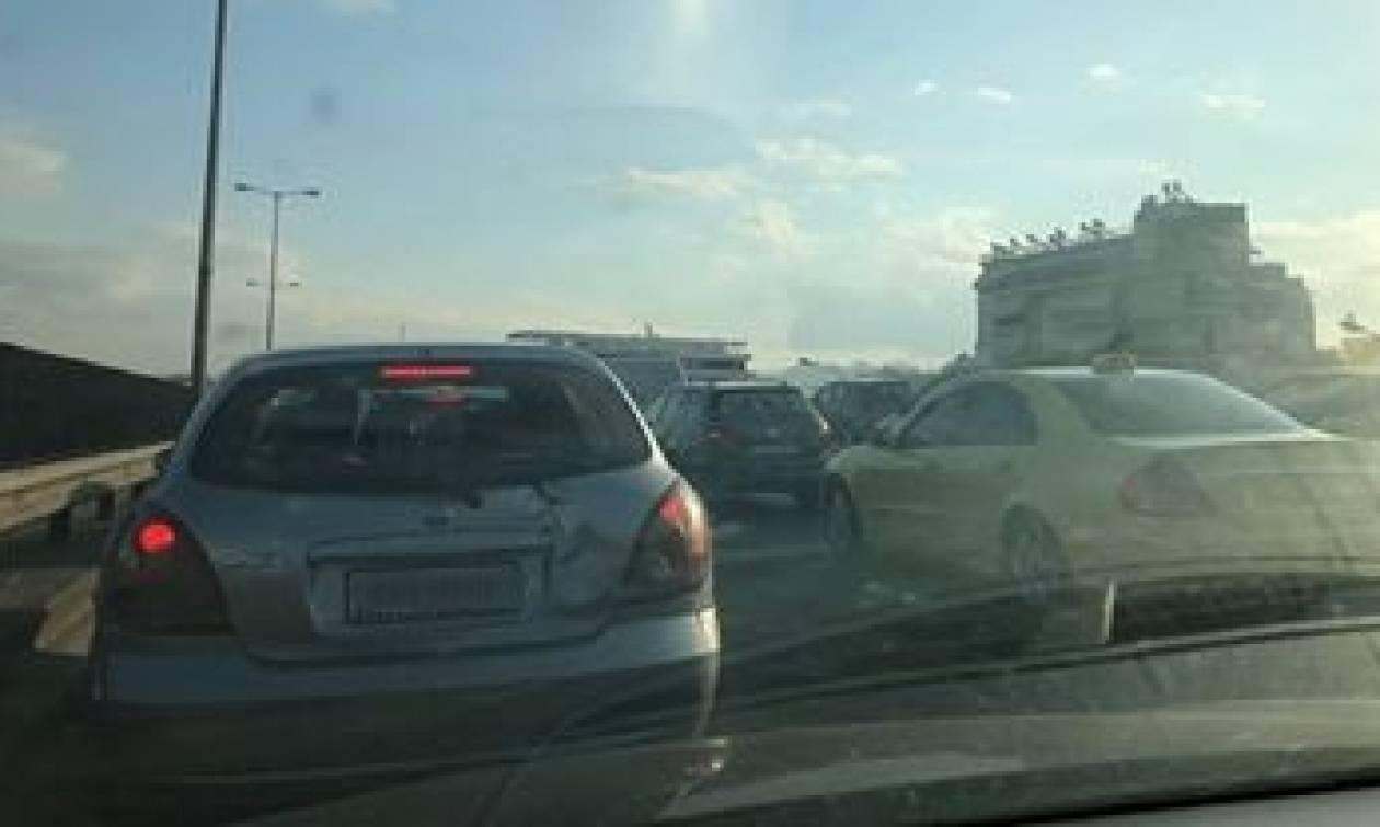 Κίνηση στους δρόμους: Πού παρατηρείται κυκλοφοριακό χάος - Ποια σημεία να αποφύγετε