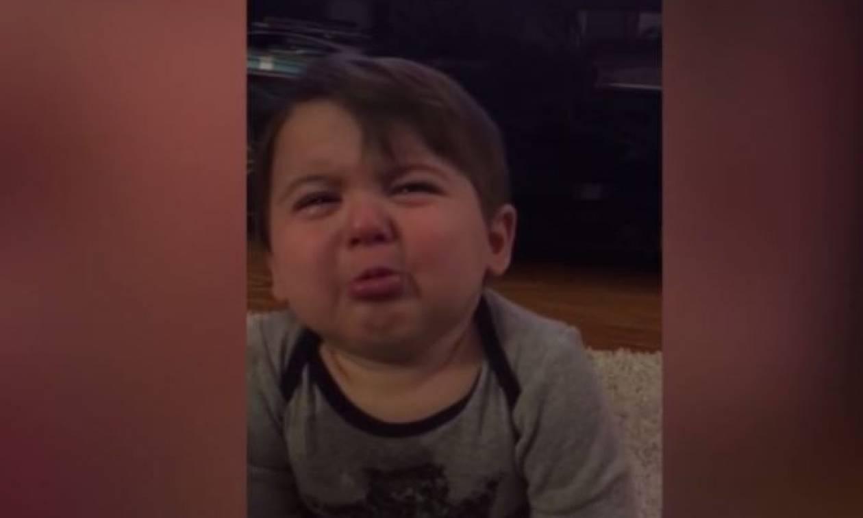 Η πιο αξιαγάπητη αντίδραση παιδιού στο… τραγούδι της μητέρας του (vid)
