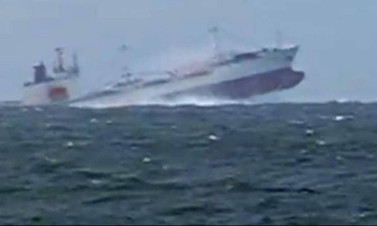 Πελώρια κύματα σηκώνουν στον αέρα δεξαμενόπλοιο 100.000 τόνων (vid)