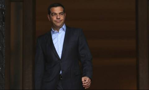 PM Tsipras meets with finance team on economy