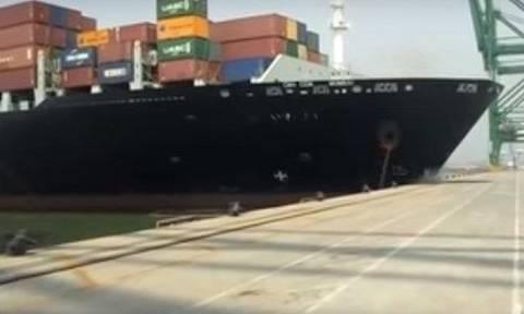 Απίστευτο! Τεράστιο καράβι πέφτει πάνω σε λιμάνι και το σκίζει στα δύο (vid)