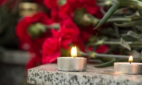 На Кипре люди несут цветы к консульству России в связи с терактом в Керчи