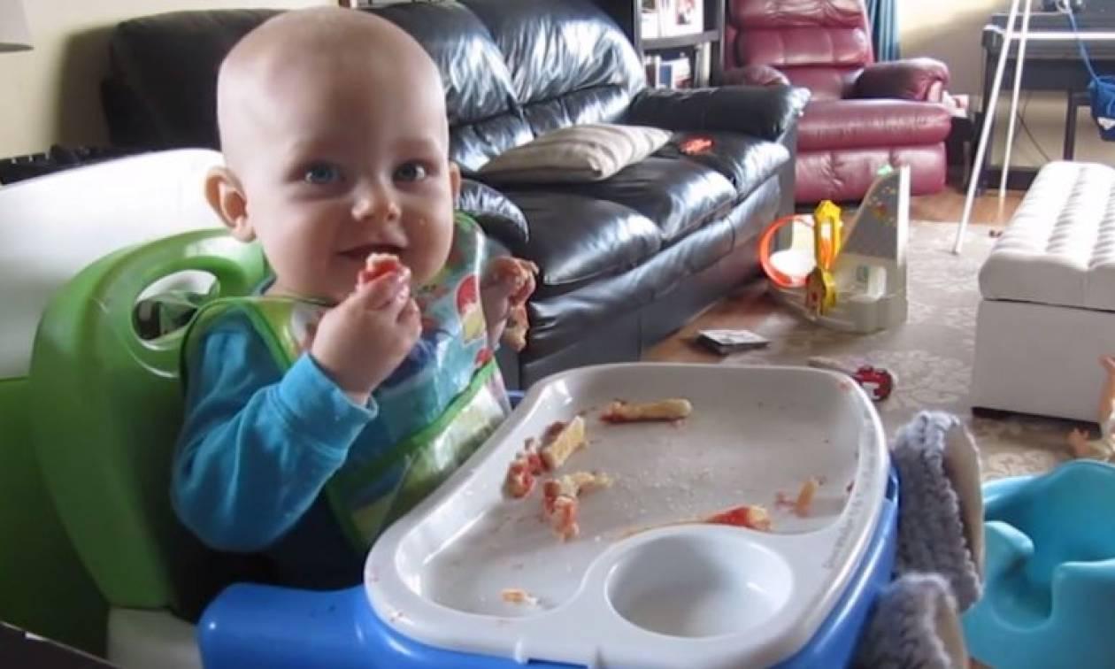 Η έκπληξη ενός μωρού όταν βλέπει τα πόδια του (vid)