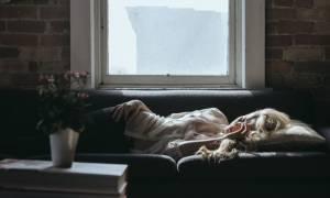 Κοιμάσαι από την αριστερή πλευρά; Μάθε τι θα σου συμβεί