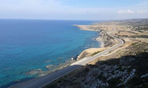 На Кипре двое россиян сорвались на автомобиле с обрыва