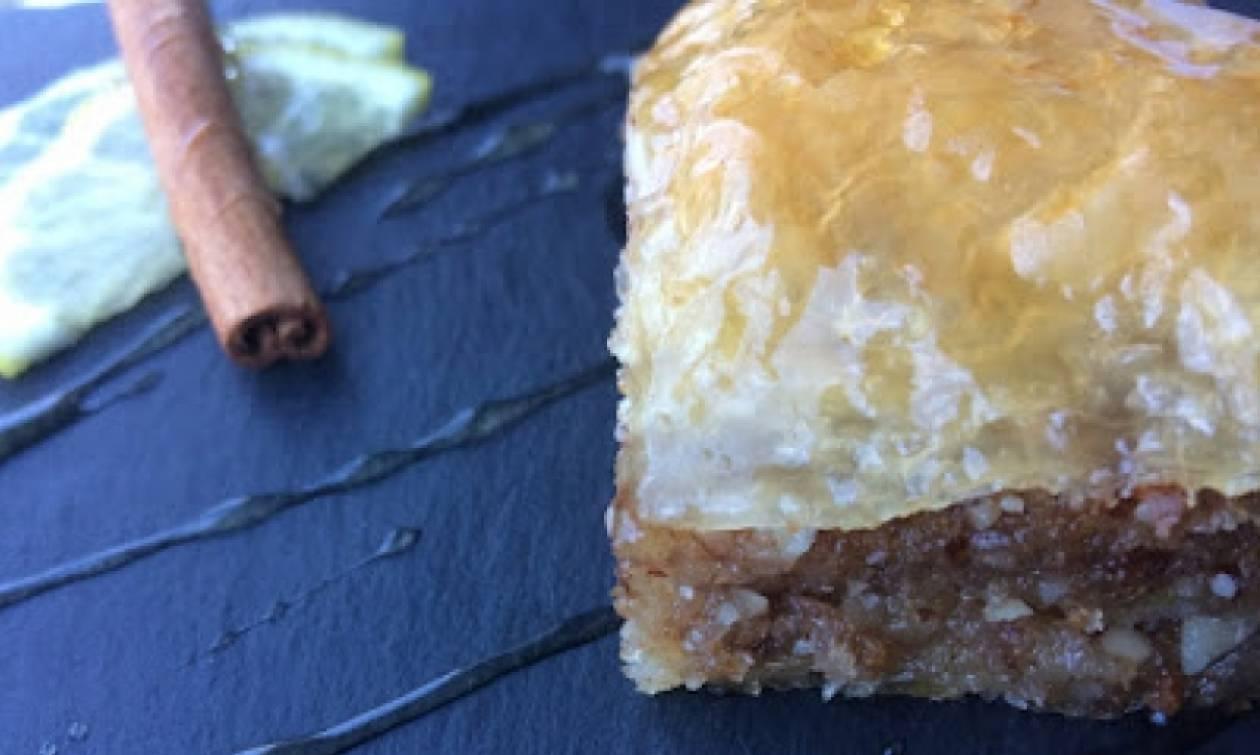 Η συνταγή της ημέρας: Mπακλαβάς με αμύγδαλα και κρίθινο παξιμάδι