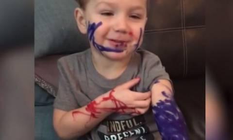 Ο μικρός «τατουατζής» που... πειραματίστηκε στον εαυτό του (vid)