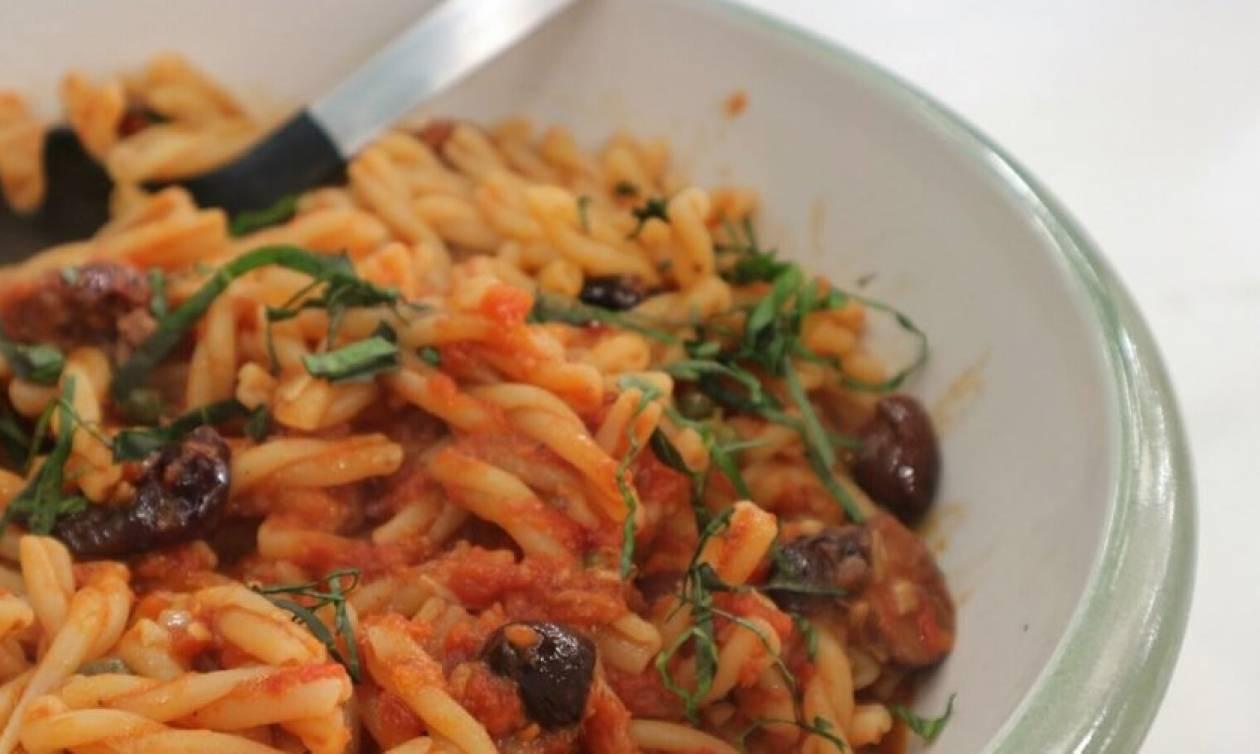 Η συνταγή της ημέρας: Πλεξούδες με κόκκινη σάλτσα, αντζούγιες και ελιές