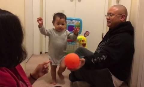 Μία αξιαγάπητη αντίδραση παιδιού στο «κόλπο» του πατέρα του (vid)