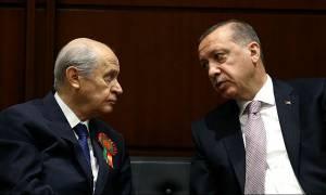 Ραγδαίες εξελίξεις στην Τουρκία: Ο Μπαχτσελί γυρίζει την «πλάτη» στον Ερντογάν – Γκρεμίζεται η λίρα