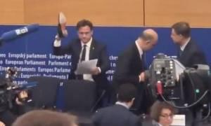 Έξαλλος Ιταλός ευρωβουλευτής έβγαλε το παπούτσι του και «συνέθλιψε» τις σημειώσεις Μοσκοβισί (vid)