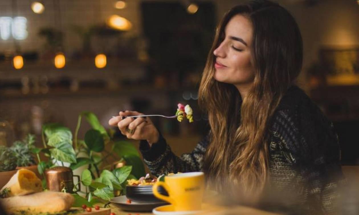 Το ψυχολογικό τρικ που μας βοηθά να τρώμε λιγότερο όταν βγαίνουμε έξω
