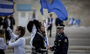 Μικροένταση στη μαθητική παρέλαση στην Αθήνα: Φώναξαν συνθήματα μπροστά από τους επίσημους