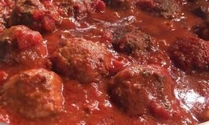 Η συνταγή της ημέρας: Κεφτεδάκια κοκκινιστά με πατατούλες