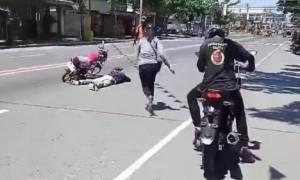 Είδε το σύντροφό της πεσμένο στο δρόμο - Δεν πίστευε αυτό που συνέβη (video)