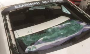Πεδίον Άρεως: «Κουκουλοφόροι έσπαγαν περιπολικό με βαριοπούλα και ο αστυνομικός ήταν μέσα»