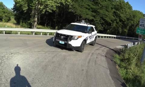 Αυτόν τον αστυνομικό πρέπει να τον διώξουν ΧΤΕΣ! Δείτε τι έκανε στο δρόμο (vid)