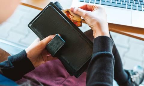 Τη χώρισε, της έκλεψε την πιστωτική κάρτα και... καλοπερνούσε με τη νέα του σύντροφο!