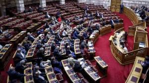 Αντιδράσεις βουλευτών για την τήρηση ενός λεπτού σιγής στη Βουλή για τον Κωνσταντίνο Κατσίφα