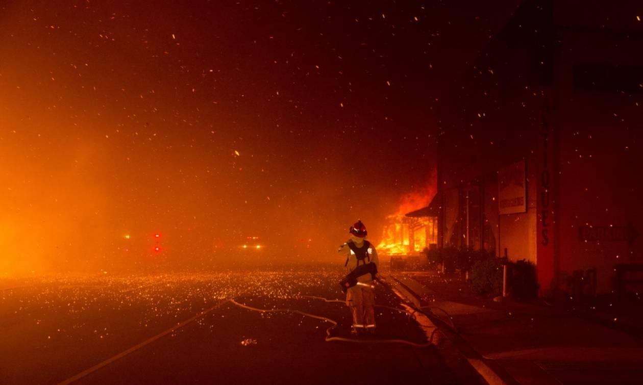 «Κόλαση» φωτιάς στην Καλιφόρνια: Δεκάδες σπίτια κάηκαν - Μαζικές εκκενώσεις (vids)