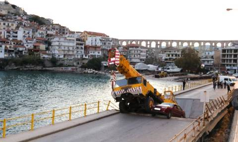Partial collapse of road bridge in Kavala triggers gov't visit, inspection