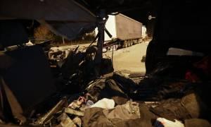 Θεσσαλονίκη: Εικόνες ΣΟΚ από τη φονική σύγκρουση βαν που μετέφερε μετανάστες με νταλίκα