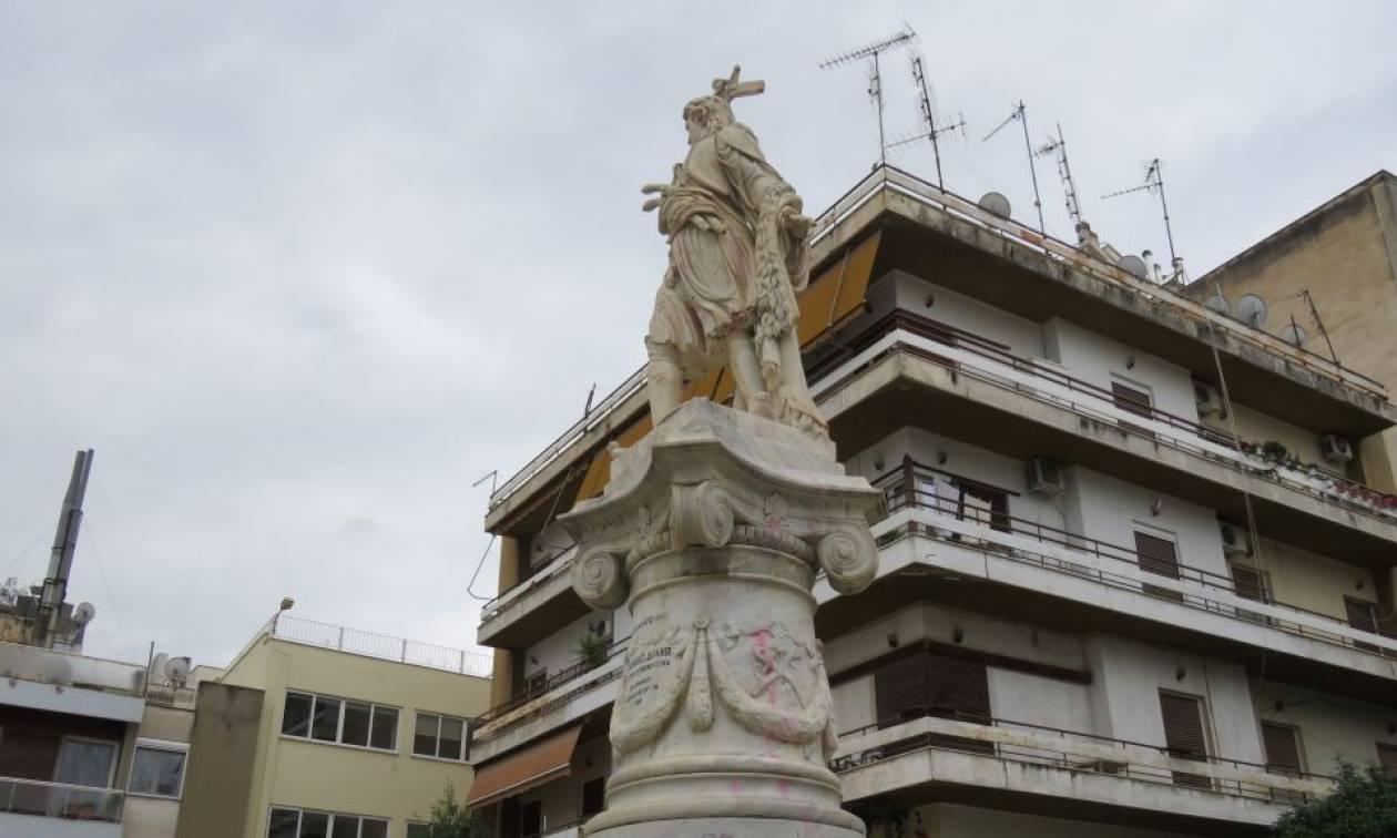 Λαμία: Άγνωστοι βανδάλισαν με μπογιές το άγαλμα του Αθανάσιου Διάκου (pics)