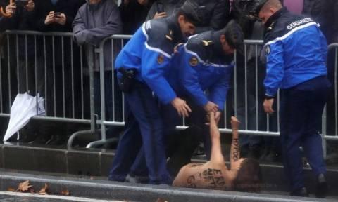 Παρίσι: Γυμνόστηθες ακτιβίστριες έσπασαν τον αστυνομικό κλοιό κι επιχείρησαν να πλησιάσουν τον Τραμπ