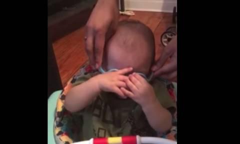 Η αντίδραση ενός μωρού όταν φοράει γυαλιά για πρώτη φορά! (vid)