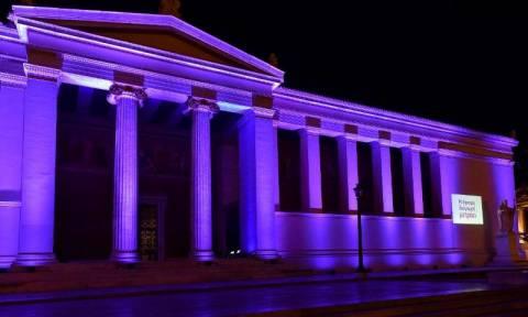 Το Πανεπιστήμιο Αθηνών φωτίστηκε με χρώμα μωβ για τον καρκίνο του παγκρέατος