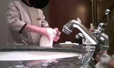 Τεράστιο σκάνδαλο σε ξενοδοχεία: Δείτε βίντεο από κρυφή κάμερα που αποκαλύπτει τη «βρώμικη» αλήθεια
