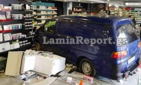 Φορτηγάκι σκόρπισε τον πανικό στη Λαμία: «Εισέβαλε» σε φαρμακείο και τραυμάτισε γυναίκα (pics&vid)