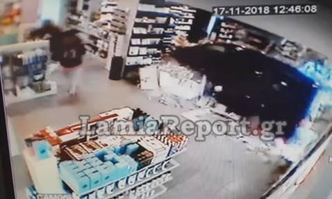 Λαμία - Σοκαριστικό βίντεο: Καρέ – καρέ η στιγμή που φορτηγάκι παρασύρει γυναίκα σε φαρμακείο