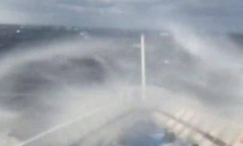 Το πλοίο «Άρτεμις» παλεύει με πελώρια κύματα στη μέση του Αιγαίου (vid)