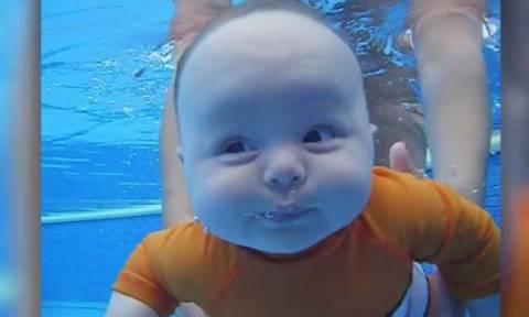 Μωρό 15 εβδομάδων κολυμπά… μόνο του (vid)