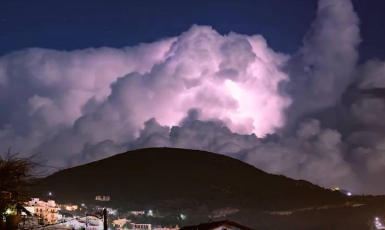 Καιρός: Μαγευτικές εικόνες από τη Σάμο - Καταιγίδες υπό το φως του φεγγαριού (vid)